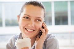 Giovane donna che parla sul telefono cellulare fotografia stock libera da diritti