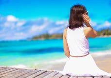 Giovane donna che parla sul telefono durante la spiaggia tropicale Fotografia Stock Libera da Diritti