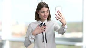 Giovane donna che parla via Internet stock footage