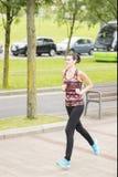 Giovane donna che passa la città di Bilbao. Immagini Stock