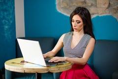 Giovane donna che passa in rassegna Internet Fotografie Stock