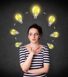 Giovane donna che pensa con la circolazione della lampadina intorno alla sua testa illustrazione di stock