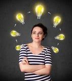 Giovane donna che pensa con la circolazione della lampadina intorno alla sua testa illustrazione vettoriale