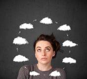 Giovane donna che pensa con la circolazione della nuvola intorno alla sua testa illustrazione di stock