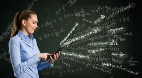Giovane donna che per mezzo del calcolatore Fotografia Stock Libera da Diritti