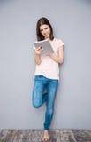 Giovane donna che per mezzo del calcolatore del ridurre in pani Fotografia Stock Libera da Diritti