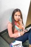 Giovane donna che per mezzo del cellulare Fotografie Stock Libere da Diritti