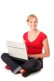 Giovane donna che per mezzo del computer portatile immagini stock libere da diritti