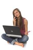 Giovane donna che per mezzo del computer portatile Fotografie Stock Libere da Diritti