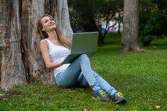 Giovane donna che per mezzo del computer portatile Immagine Stock Libera da Diritti