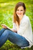 Giovane donna che per mezzo del suo calcolatore del ridurre in pani Fotografia Stock Libera da Diritti