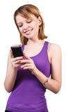 Giovane donna che per mezzo del telefono mobile Immagini Stock Libere da Diritti