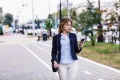 Giovane donna che per mezzo del telefono mobile Fotografia Stock Libera da Diritti