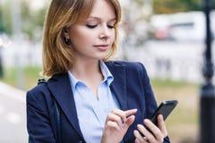 Giovane donna che per mezzo del telefono mobile Immagine Stock Libera da Diritti