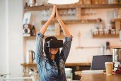 Giovane donna che per mezzo della cuffia avricolare di realtà virtuale immagini stock libere da diritti
