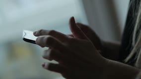 Giovane donna che per mezzo dello smartphone stock footage