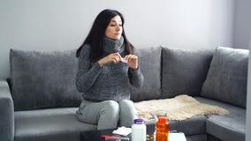 Giovane donna che per mezzo dello spray nasale per un naso semiliquido e una sensibilità migliori Il concetto di salute video d archivio