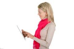Giovane donna che per mezzo di un calcolatore del ridurre in pani Fotografie Stock