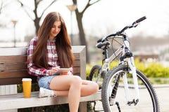 Giovane donna che per mezzo di un PC del ridurre in pani Fotografia Stock Libera da Diritti
