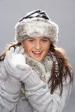 Giovane donna che porta i vestiti caldi di inverno fotografie stock libere da diritti