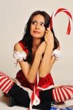 Giovane donna che porta il costume rosso della Santa fotografia stock libera da diritti