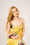 Giovane donna che porta il vestito serico da estate Fotografie Stock