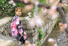 Giovane donna che porta kimono giapponese immagine stock