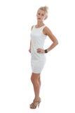 Giovane donna che porta in un breve vestito bianco Immagini Stock Libere da Diritti