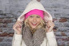 Giovane donna che porta un cappotto incappucciato Immagine Stock