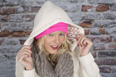 Giovane donna che porta un cappotto incappucciato Fotografia Stock