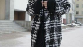 Giovane donna che posa vicino al grattacielo stock footage