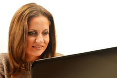 Giovane donna che pratica il surfing sul Internet Fotografia Stock