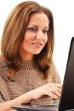 Giovane donna che pratica il surfing sul Internet Fotografie Stock