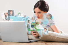 Giovane donna che pratica il surfing sul web facendo uso del computer portatile Fotografia Stock