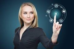 Giovane donna che preme varia raccolta dei bottoni alta tecnologia Fotografia Stock