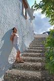 Giovane donna che prende il sole Fotografie Stock Libere da Diritti