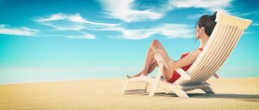 Giovane donna che prende il sole sulla chaise-lounge Immagine Stock Libera da Diritti
