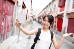 Giovane donna che prende immagine di auto dalla macchina fotografica digitale in Macao Immagine Stock Libera da Diritti