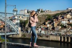 Giovane donna che prende le immagini del fiume del Duero, Oporto immagini stock