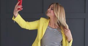 Giovane donna che prende selfie archivi video