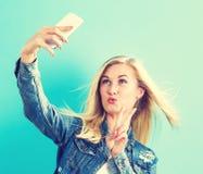 Giovane donna che prende un selfie Fotografia Stock