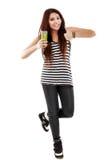 Giovane donna che presenta ad un vetro una bevanda naturale isolata su bianco Immagini Stock Libere da Diritti