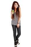 Giovane donna che presenta ad un vetro una bevanda naturale isolata su bianco Fotografia Stock
