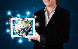 Donna che presenta il globo della terra 3d in compressa moderna Fotografia Stock