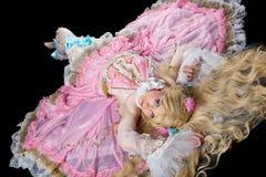 Giovane donna che propone in costume della bambola del giunto sferico Fotografia Stock Libera da Diritti