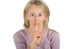 Giovane donna che propone un gesto di silenzio immagine stock libera da diritti