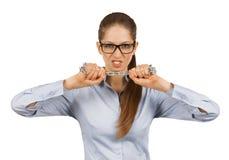Giovane donna che prova a rompere una catena d'acciaio immagine stock libera da diritti