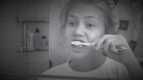 Giovane donna che pulisce i suoi denti Retro stile stock footage