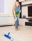 Giovane donna che pulisce il pavimento Fotografia Stock Libera da Diritti