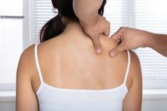 Giovane donna che riceve massaggio della spalla fotografia stock